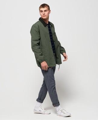 Comment porter: veste à col et boutons vert foncé, pull à col rond à rayures horizontales bleu marine, pantalon chino en laine gris, baskets basses en toile blanches