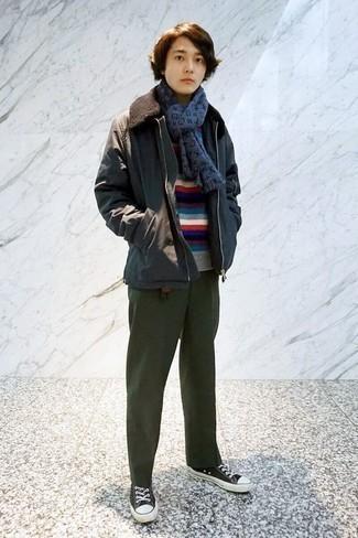 Comment porter un pull: Essaie d'harmoniser un pull avec un pantalon chino vert foncé pour une tenue confortable aussi composée avec goût. Ajoute une paire de des baskets basses en toile noires et blanches à ton look pour une amélioration instantanée de ton style.