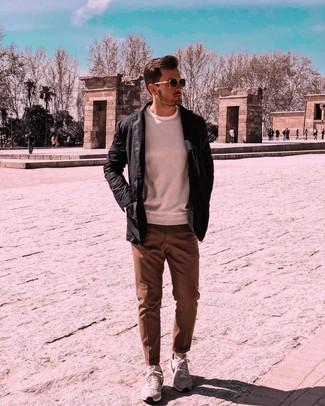 Comment porter une veste à col et boutons noire: Essaie d'harmoniser une veste à col et boutons noire avec un pantalon de costume marron pour un look classique et élégant. Jouez la carte décontractée pour les chaussures et assortis cette tenue avec une paire de des chaussures de sport grises.