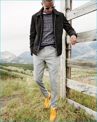Comment porter: veste à col et boutons noire, pull à col rond en jacquard bleu marine, t-shirt à col rond blanc, pantalon de costume gris