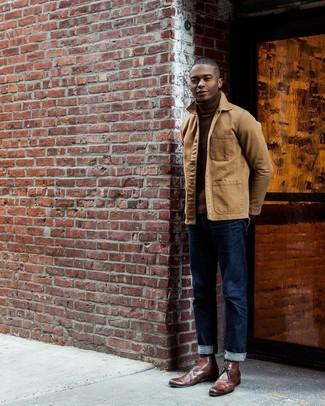Comment porter: veste à col et boutons marron clair, pull à col roulé marron, jean bleu marine, bottines chukka en cuir marron