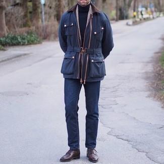Comment porter un jean bleu marine: Porte une veste à col et boutons bleu marine et un jean bleu marine pour obtenir un look relax mais stylé. Jouez la carte classique pour les chaussures et termine ce look avec une paire de chaussures derby en cuir marron foncé.
