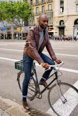 Comment porter: veste à col et boutons en cuir marron, pull à col roulé gris, jean skinny bleu marine, chaussures derby en cuir marron