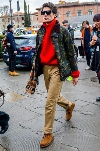 Comment porter une écharpe écossaise marron clair: Pense à marier une veste à col et boutons vert foncé avec une écharpe écossaise marron clair pour un look idéal le week-end. D'une humeur audacieuse? Complète ta tenue avec une paire de des bottines chukka en daim marron clair.