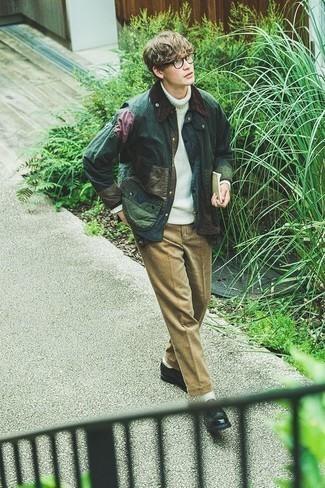 Comment s'habiller à l'adolescence: Choisis une veste à col et boutons vert foncé et un pantalon chino marron clair pour une tenue confortable aussi composée avec goût. Jouez la carte classique pour les chaussures et assortis cette tenue avec une paire de des chaussures derby en cuir noires.