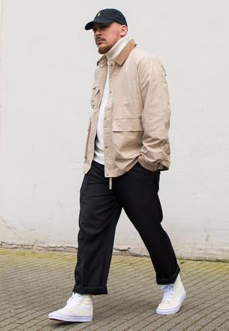 Comment porter une veste à col et boutons beige: Pour une tenue de tous les jours pleine de caractère et de personnalité marie une veste à col et boutons beige avec un pantalon chino noir. Pour les chaussures, fais un choix décontracté avec une paire de des baskets montantes en toile beiges.