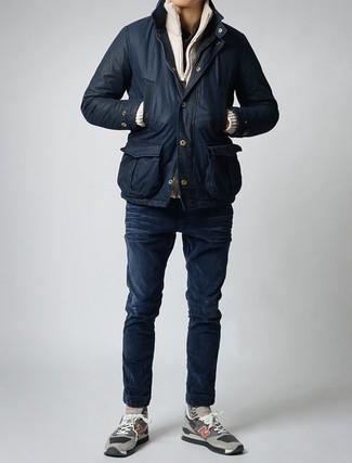 Comment porter une veste à col et boutons noire: Essaie d'harmoniser une veste à col et boutons noire avec un jean skinny bleu marine pour un look de tous les jours facile à porter. D'une humeur créatrice? Assortis ta tenue avec une paire de des chaussures de sport en daim grises.