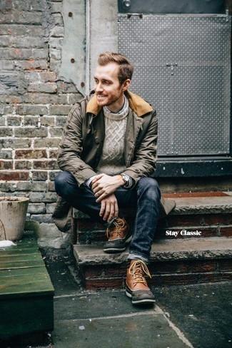 Comment porter une veste à col et boutons vert foncé avec un jean bleu marine: Pour une tenue de tous les jours pleine de caractère et de personnalité porte une veste à col et boutons vert foncé et un jean bleu marine. Pour les chaussures, fais un choix décontracté avec une paire de des bottes d'hiver en cuir marron.