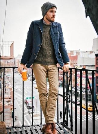 Comment porter: veste à col et boutons bleu marine, pull torsadé marron foncé, chemise à manches longues en vichy bleu marine et blanc, pantalon chino marron clair