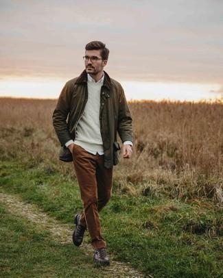 Tendances mode hommes: Pense à associer une veste à col et boutons olive avec une chemise à manches longues blanche pour une tenue confortable aussi composée avec goût.