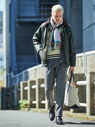 Comment porter un pull torsadé beige: Associer un pull torsadé beige avec un pantalon de costume à carreaux bleu marine est une option avisé pour une journée au bureau. Rehausse cet ensemble avec une paire de des monks en cuir noirs.