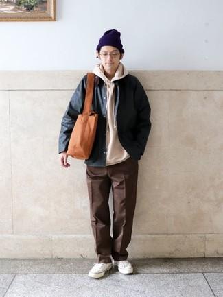 Comment porter un pantalon chino marron: Pour une tenue de tous les jours pleine de caractère et de personnalité porte une veste à col et boutons vert foncé et un pantalon chino marron. Tu veux y aller doucement avec les chaussures? Choisis une paire de des baskets basses en toile blanches pour la journée.