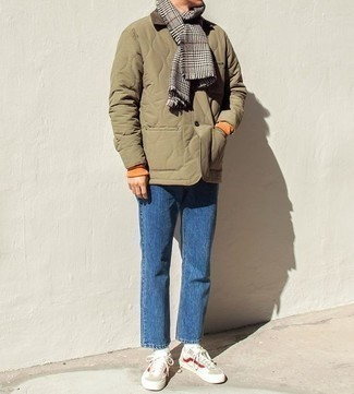 Comment s'habiller quand il fait chaud: Pour une tenue de tous les jours pleine de caractère et de personnalité essaie de marier une veste à col et boutons matelassée olive avec un jean bleu. Assortis ce look avec une paire de des baskets basses beiges.