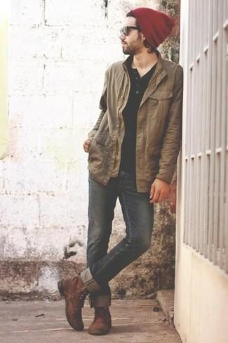 Comment porter: veste à col et boutons marron clair, t-shirt à col boutonné noir, jean noir, bottes de loisirs en cuir marron