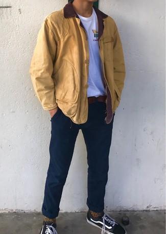 Comment porter: veste à col et boutons moutarde, t-shirt à col rond blanc, pantalon chino bleu marine, baskets basses en toile noires