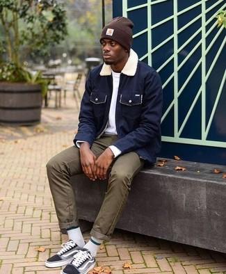 Comment porter: veste à col et boutons bleu marine, t-shirt à manche longue blanc, pantalon chino olive, baskets basses en toile noires