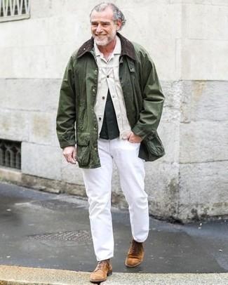 Comment porter des bottes de loisirs en daim marron: Marie une veste-chemise blanche avec un jean blanc pour une tenue idéale le week-end. Cette tenue se complète parfaitement avec une paire de bottes de loisirs en daim marron.
