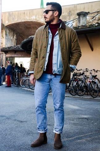 Comment porter un pull bordeaux: Harmonise un pull bordeaux avec un jean bleu clair pour une tenue idéale le week-end. Rehausse cet ensemble avec une paire de des bottines chelsea en daim marron foncé.