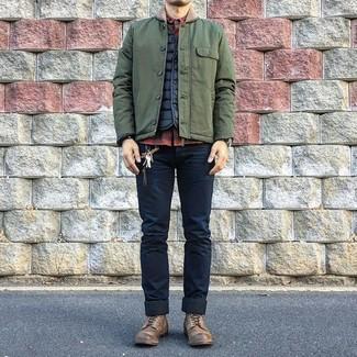 Comment porter: veste à col et boutons olive, veste sans manches matelassée noire, chemise à manches longues à carreaux rouge et noir, jean skinny bleu marine