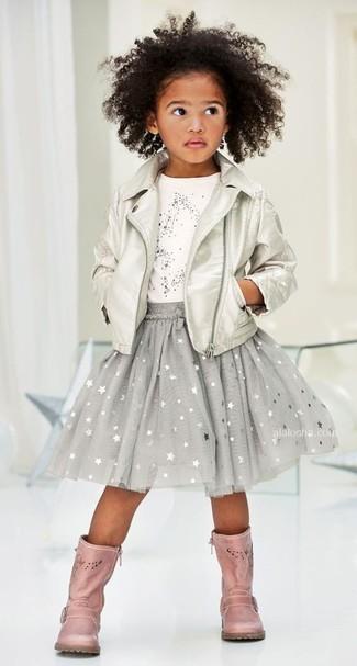 Comment porter: veste en cuir argentée, t-shirt à étoiles blanc, jupe à étoiles grise, bottes en cuir roses