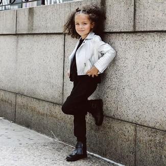 Comment porter: veste en cuir argentée, t-shirt noir, pantalon noir, bottes noires