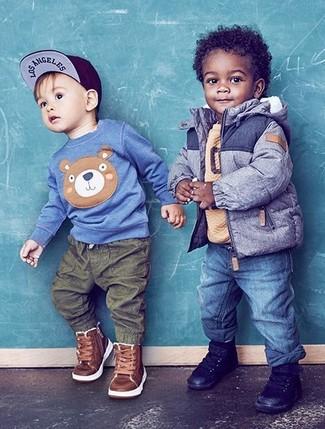 Comment porter: veste bleue, pull marron clair, jean bleu, baskets noires
