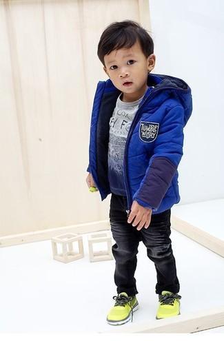 Comment porter: veste bleue, t-shirt imprimé bleu, jean noir, baskets chartreuses