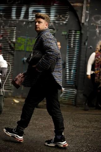 Comment porter: veste-chemise à carreaux bleu marine, pantalon de jogging noir, chaussures de sport noires