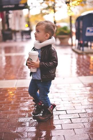 Comment porter: veste en cuir marron foncé, chemise à manches longues en denim bleue, jean bleu marine, bottes marron foncé