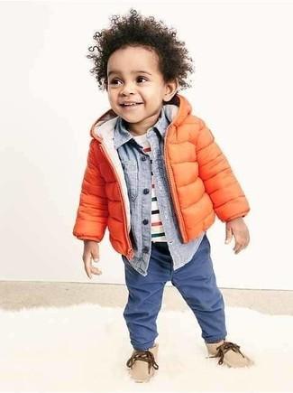 Comment porter: veste orange, chemise à manches longues bleu clair, t-shirt à rayures horizontales blanc, jean bleu