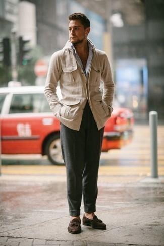 Comment porter une veste-chemise beige: Pense à harmoniser une veste-chemise beige avec un pantalon chino vert foncé pour prendre un verre après le travail. Opte pour une paire de des mocassins à pampilles en daim marron foncé pour afficher ton expertise vestimentaire.