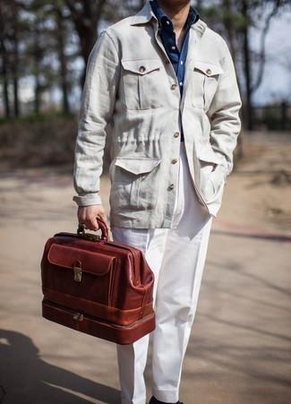 Comment porter une veste-chemise beige: Pense à opter pour une veste-chemise beige et un pantalon de costume blanc pour dégager classe et sophistication.