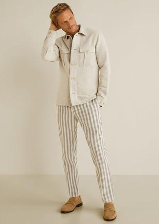 Comment porter une veste-chemise beige: Pour une tenue de tous les jours pleine de caractère et de personnalité pense à porter une veste-chemise beige et un pantalon chino à rayures verticales blanc. Jouez la carte classique pour les chaussures et termine ce look avec une paire de des slippers en daim marron clair.