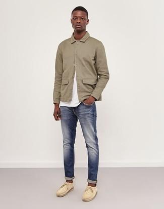Comment porter: veste-chemise beige, t-shirt à col rond blanc, jean bleu marine, chaussures bateau en daim beiges
