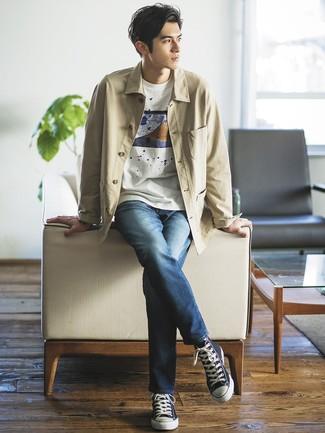 Comment porter des baskets montantes en toile bleu marine: Opte pour une veste-chemise beige avec un jean bleu marine pour un look de tous les jours facile à porter. D'une humeur audacieuse? Complète ta tenue avec une paire de des baskets montantes en toile bleu marine.