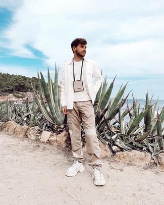 Comment porter: veste-chemise en laine blanche, pull à col rond blanc, pantalon cargo beige, chaussures de sport blanches