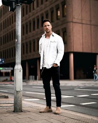 Comment porter: veste-chemise blanche, t-shirt à col rond blanc, jean noir, bottines chelsea en daim marron
