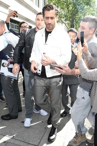 Comment porter: veste-chemise blanche, t-shirt à col rond noir, pantalon chino gris, chaussures derby en cuir noires