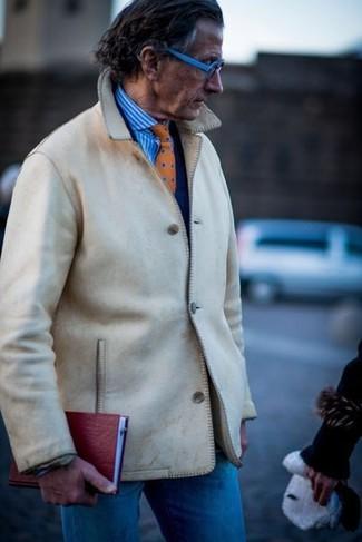 Comment porter: veste-chemise beige, blazer bleu marine, chemise de ville à rayures verticales blanc et bleu, jean bleu