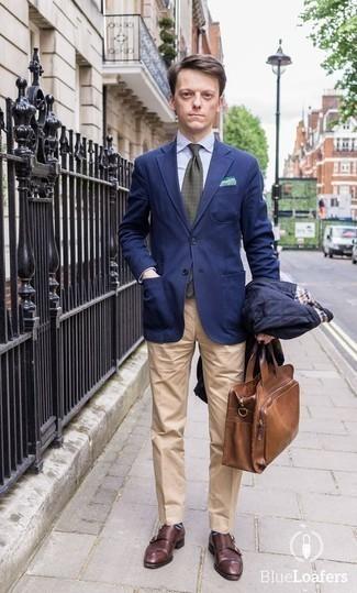 Comment porter une cravate imprimée vert foncé: Pense à associer une veste-chemise matelassée bleu marine avec une cravate imprimée vert foncé pour un look classique et élégant. Cette tenue est parfait avec une paire de des double monks en cuir bordeaux.