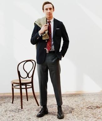 Comment porter une veste-chemise olive: Opte pour une veste-chemise olive avec un pantalon de costume gris foncé pour un look pointu et élégant. Cette tenue se complète parfaitement avec une paire de des chaussures derby en cuir noires.