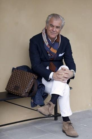 Comment porter une besace en cuir marron: Porte une veste-chemise matelassée bleu marine et une besace en cuir marron pour un look confortable et décontracté. Apportez une touche d'élégance à votre tenue avec une paire de des bottines chukka en daim marron clair.