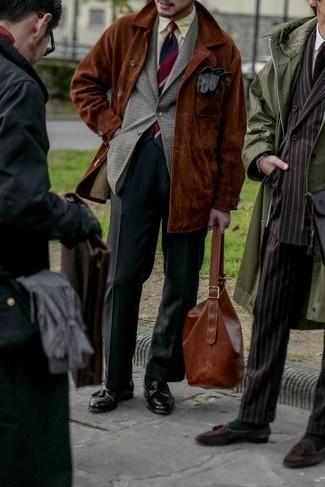 Comment porter un blazer en laine en pied-de-poule gris: Pense à marier un blazer en laine en pied-de-poule gris avec un pantalon de costume gris foncé pour un look classique et élégant. Termine ce look avec une paire de mocassins à pampilles en cuir noirs.