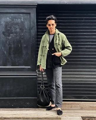 Comment porter une veste-chemise olive: Associe une veste-chemise olive avec un jean gris pour un déjeuner le dimanche entre amis. Une paire de des mocassins à pampilles en daim noirs ajoutera de l'élégance à un look simple.