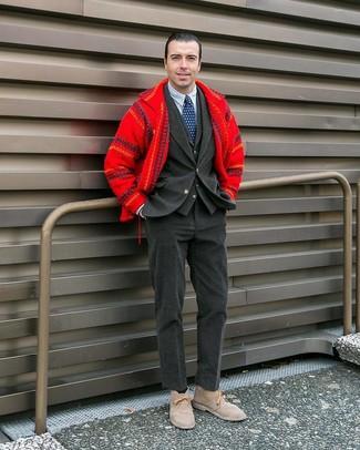 Comment porter une montre marron foncé: Harmonise une veste-chemise en laine rouge avec une montre marron foncé pour un look idéal le week-end. Jouez la carte classique pour les chaussures et fais d'une paire de des bottines chukka en daim beiges ton choix de souliers.