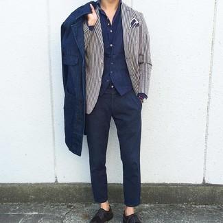 Comment porter: veste-chemise en denim bleu marine, blazer à rayures verticales blanc et bleu marine, gilet bleu marine, chemise à manches longues bleu marine