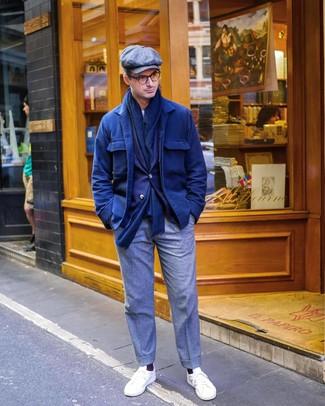 Comment porter: veste-chemise en laine bleu marine, blazer bleu marine, t-shirt à col rond blanc, pantalon de costume en laine gris