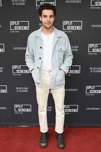 Comment porter: veste-chemise bleu clair, t-shirt à col rond blanc, jean beige, bottes de loisirs en cuir marron foncé
