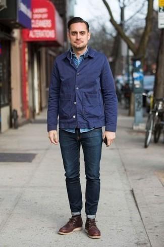 Comment porter une veste-chemise bleu marine: Essaie de marier une veste-chemise bleu marine avec un jean bleu marine pour un déjeuner le dimanche entre amis. Complète ce look avec une paire de bottines chukka en cuir marron foncé.