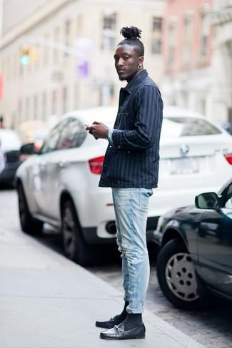 Comment porter: veste-chemise à rayures verticales bleu marine, jean skinny déchiré bleu clair, slippers en cuir noirs, chaussettes noires